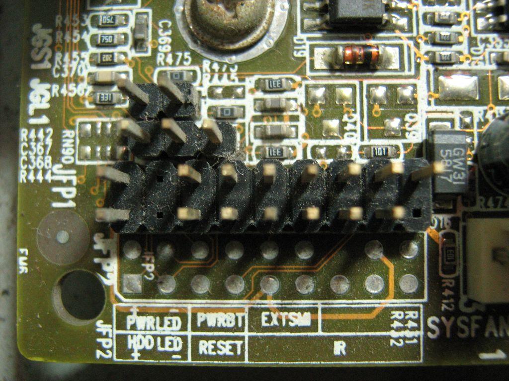 结果不知道连接机箱的电源,重启,还有硬盘指示灯的几个插头接在主板的图片