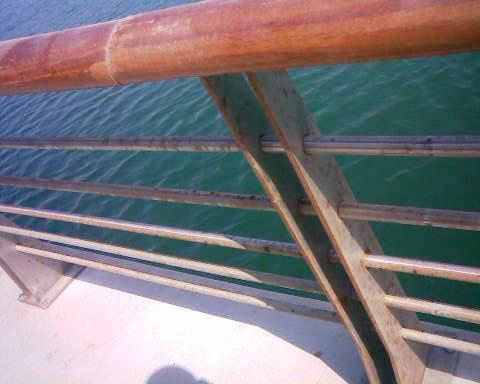 订购的是不锈钢316材质栏杆,不知为什么安装在海边就生锈,请教一下图片