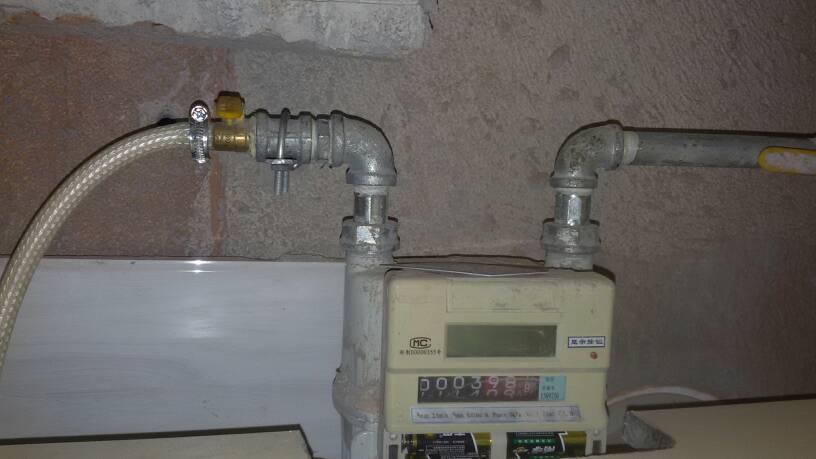 家里厨房不太懂,燃气总阀帮我看看目前是开还是关?图片