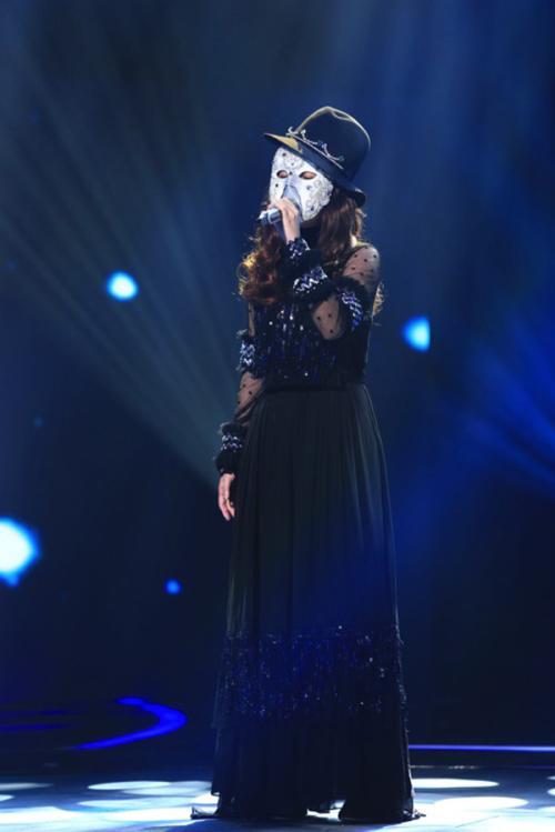 比如林宥嘉经常翻唱陈小霞写的歌,这次唱的是《成全》,瞿颖唱过《等你图片