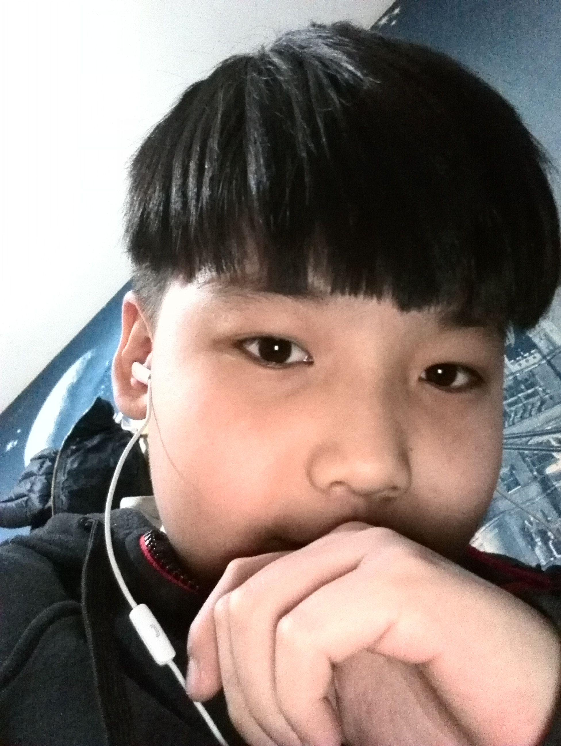 十岁小男孩为什么会长白头发图片
