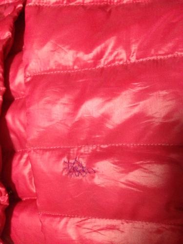 买了一款短款玫红羽绒服,右胳膊处划了一个口子,找不到同样颜色的线图片