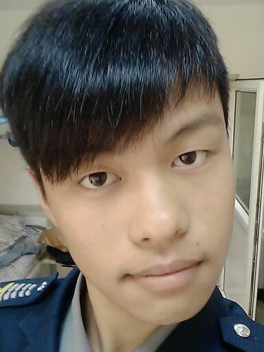 头小瓜子脸较黑的皮肤的男生适合啥发型