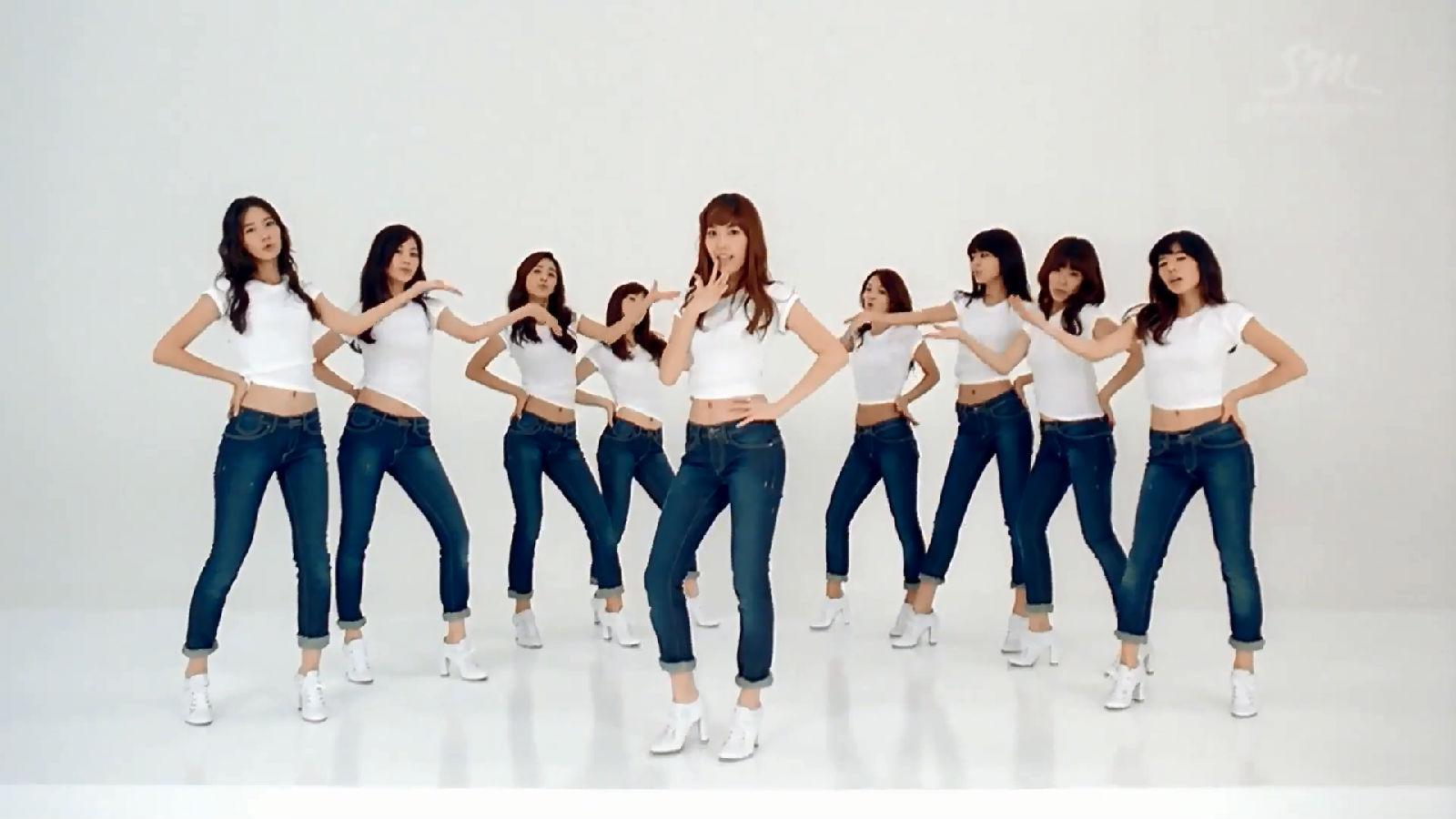 一堆韩国美女穿着白色露脐的上衣蓝色的牛仔裤在跳舞