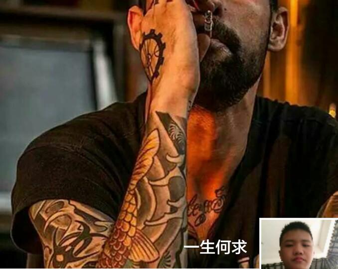 胸部黑灰玫瑰男人纹身图案图片
