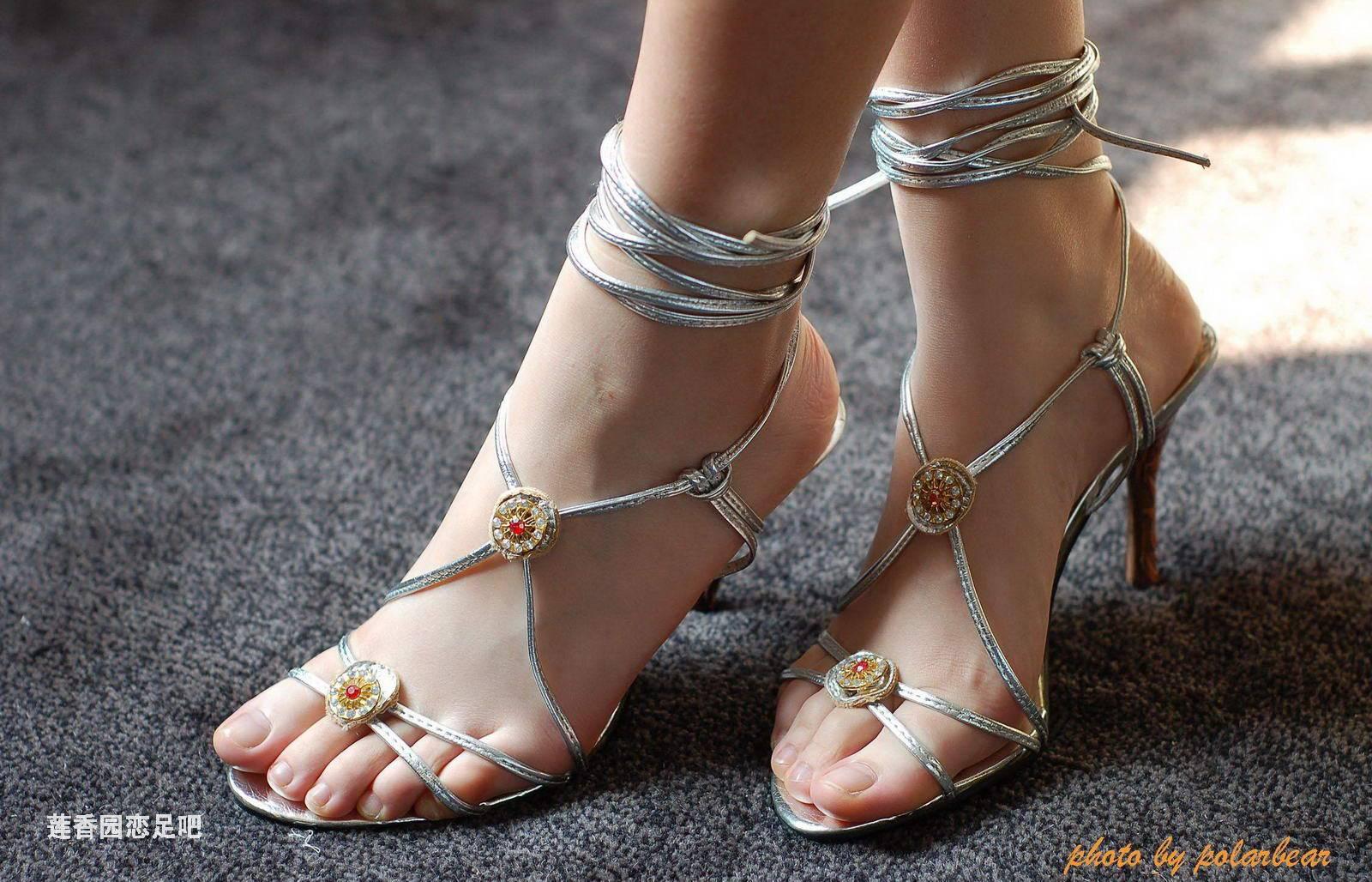 这些女生谁的脚最娇小