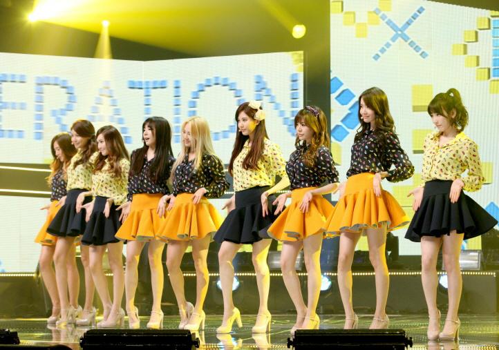 少女时代有一舞台打歌服是黄色点点上衣黑色裙子