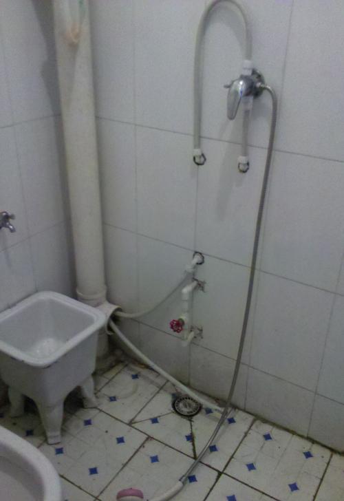 您好,我家卫生间漏水情况严重,请问能咨询您吗?图片