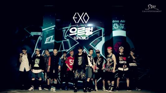 求exo在一个旋转台上表演狼与美女和咆哮