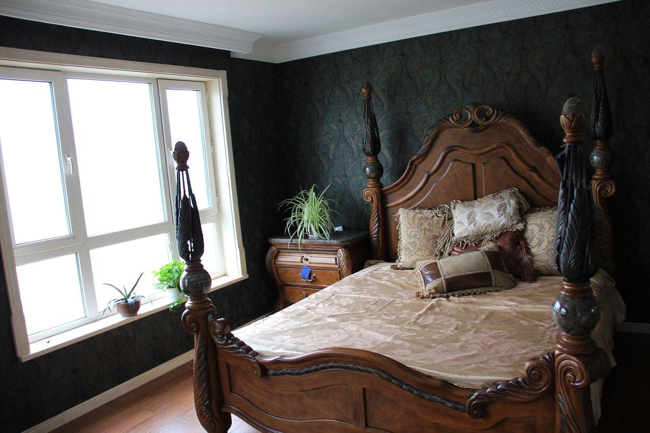 请问:卧室采用了墨绿色壁纸配什么颜色窗帘出效果.(欧式装修)图片