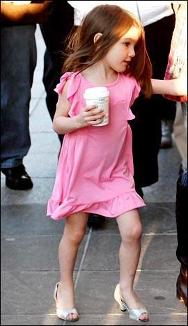 求小女孩穿高跟鞋的图片