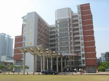 谁有暨南大学风景图,最好有学生宿舍内部图,广州本部的图片