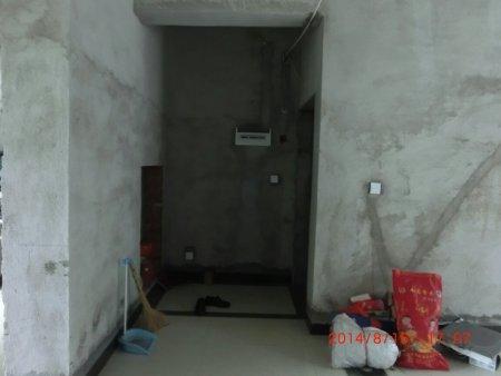 我家三室二厅,己经装了黑色地脚线白色80*80的地砖.