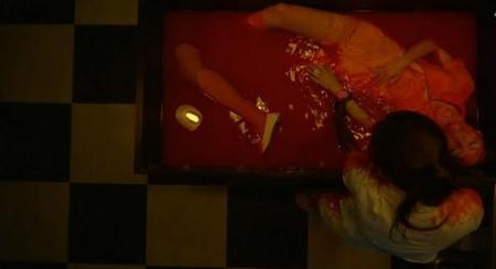 有一个剧情是一个人在浴缸里拿着锯子和另一个人割的