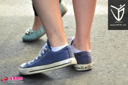 学校的女生为什么穿帆布鞋都要露出白色棉袜呢?