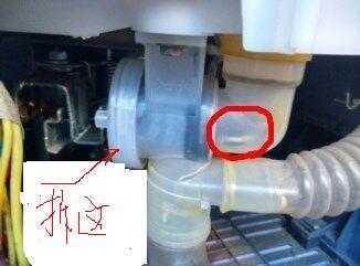 松下的洗衣机排水阀里掉进一个硬币.请问怎么取出来?图片