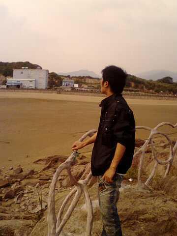 求男生在大海边的背影图片图片