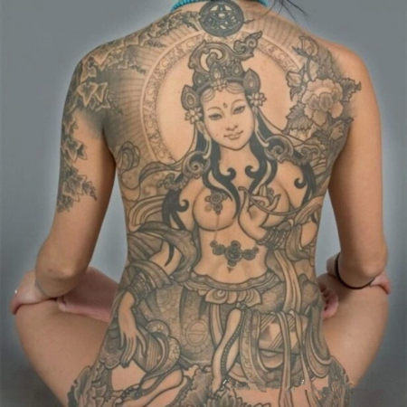 美女纹身 女菩萨满背纹身图片