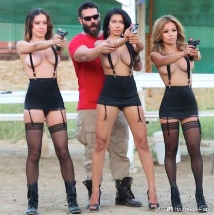 一个大胡子男人和三个美女