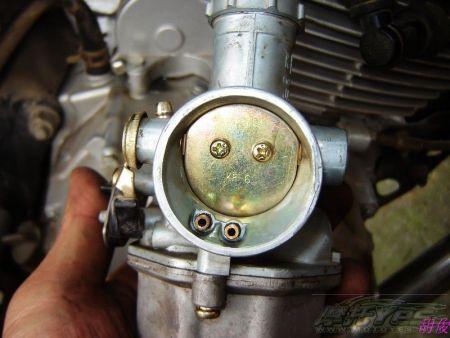 阻风门的位置_请问:摩托车化油器阻风门下面左边,右边的孔分别有什么作用?如下图.