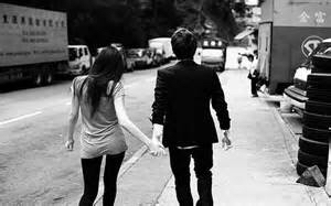 就是一张黑白照片,里面是一对情侣牵手的背影,男孩上衣穿着黑色的西装图片