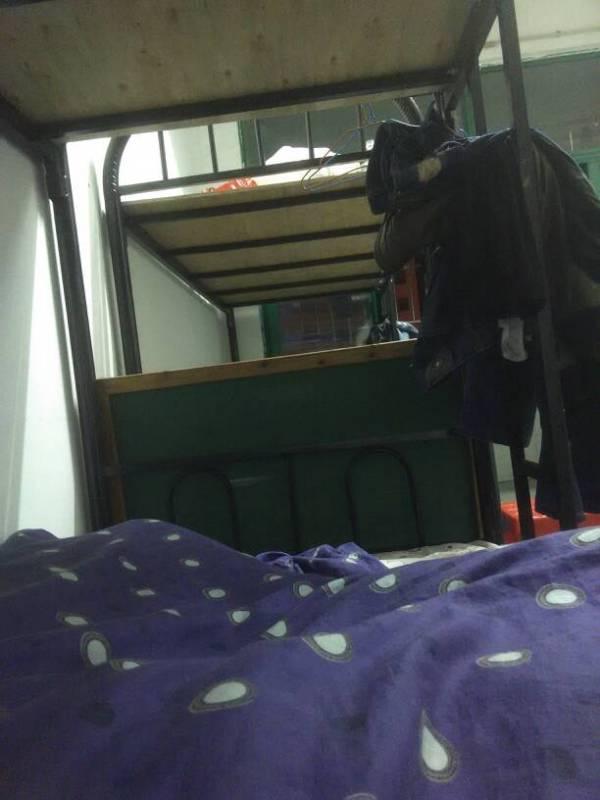 干保安的 晚上在宿舍睡觉他 我十二点下班回来 估计他睡醒了 白天睡图片
