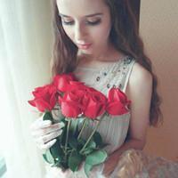 求手里拿着一朵玫瑰花抹着红色唇彩的头像图片