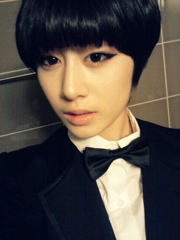 朴智妍黑色短发造型高清大图、、、 谢了