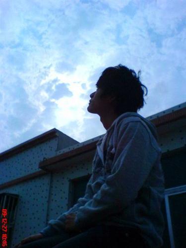 抬头仰望天空的悲伤照片不要女生的啊 百度作业帮