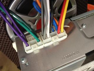 请问音响大师 怎么找出汽车cd机上的音频输出线 就是接喇高清图片