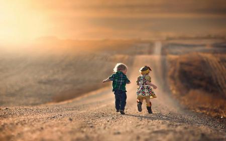 求类似这样的图片,一个小女孩在公路上走的背影.要唯美点的,谢谢了