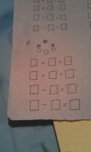 三个实心圆和三个空心圆围成一个大圈,列出两个加法算式和两个减法图片